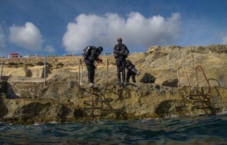Dykkere på vej i vandet ved Malta