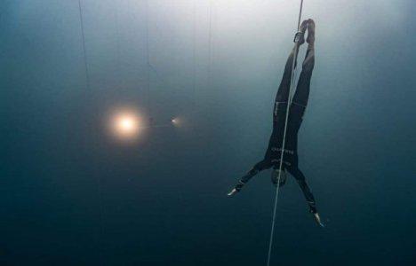 William Trubridge på vej ned i dybden.