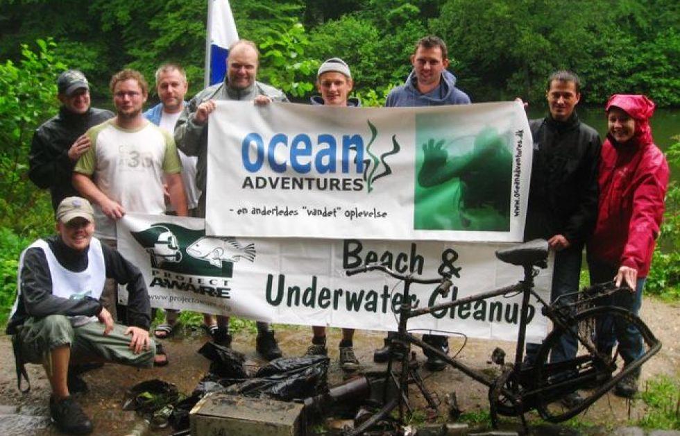 Dykkere hev et pengeskab op af Marielundssøen