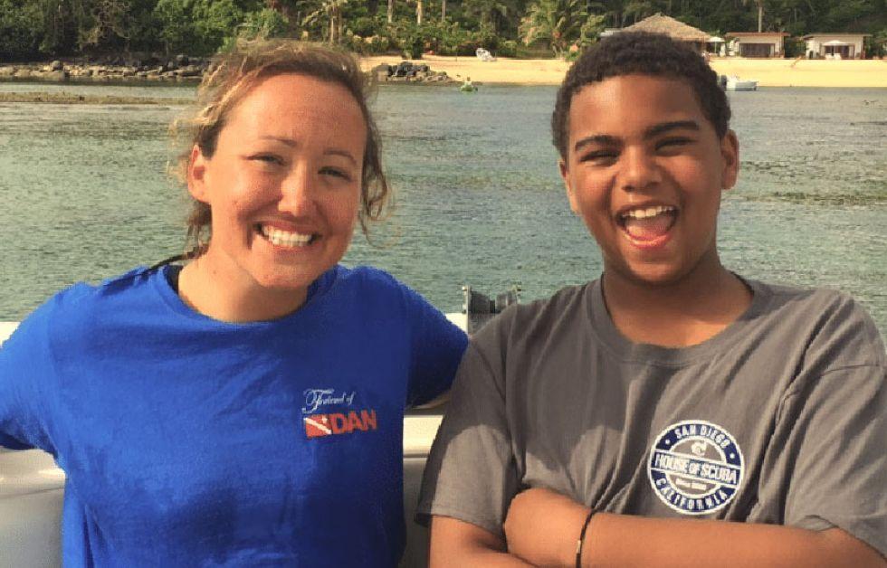 PADI Junior Master Diver T Cumming med sin instruktør, Bethy Driscoll